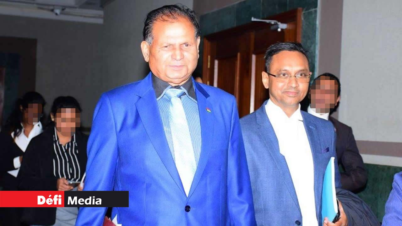 L'ex-ministre en compagnie de son avocat,  Me Ravi Rutnah.