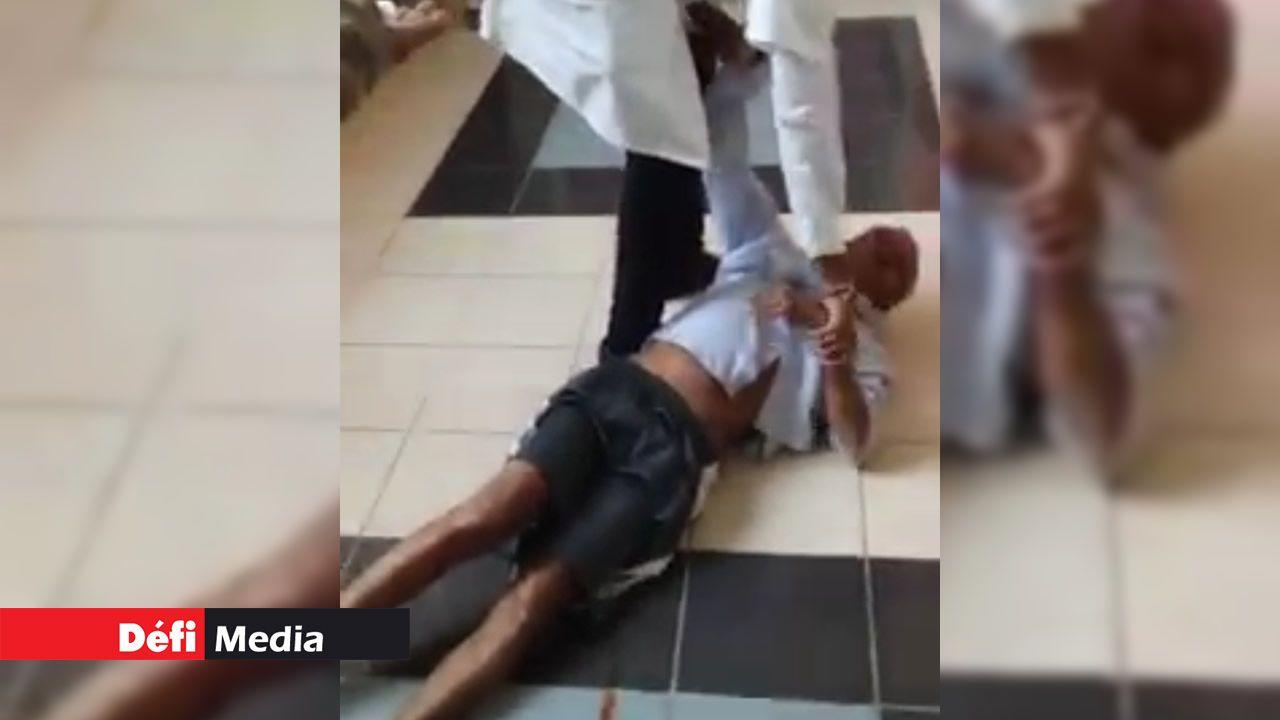 Un vieil homme traîné de force dans un hôpital