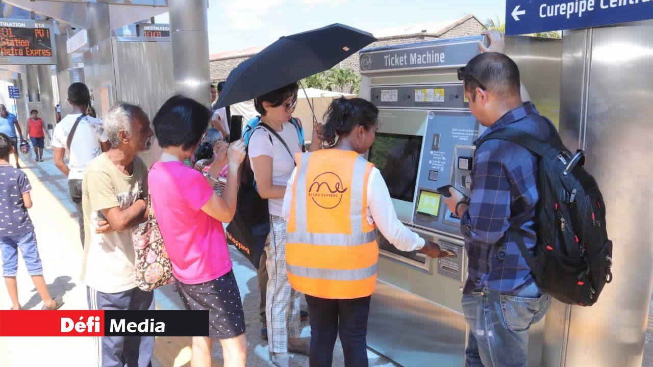 Des officiers de Metro Express Ltd sont présents aux stations pour aider les passagers à acheter leur ticket.