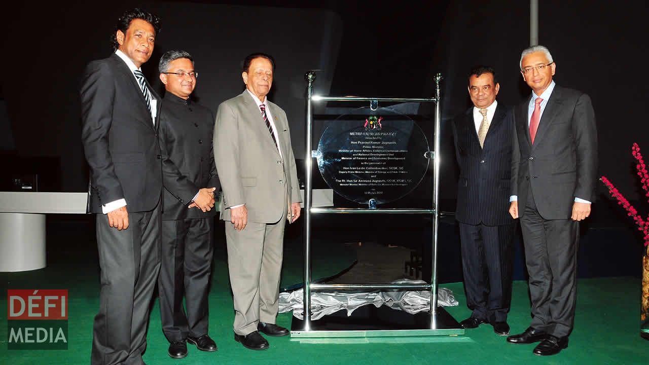 (De gauche à droite) Nando Bodha, Abhay Thakur, sir Anerood Jugnauth, Ivan Collendavelloo et Pravind Jugnauth lors de la cérémonie officielle marquant le lancement des travaux, vendredi.