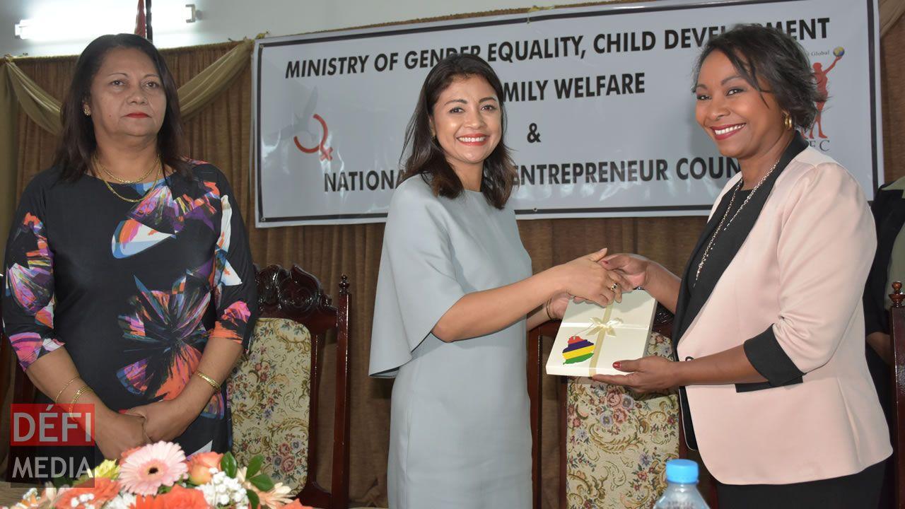 Mialy Rajoelina recevant un présent de Sandra Mayotte.