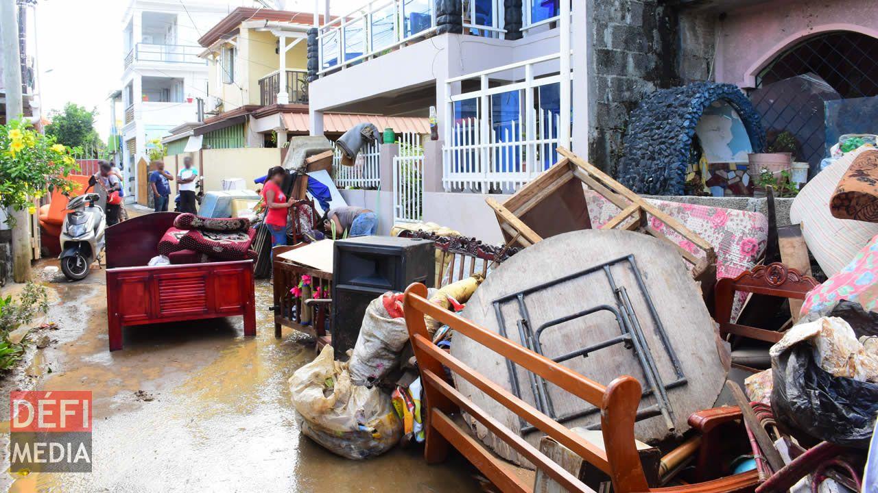 Cottage - Des sinistrés nettoyant leur demeure inondée.