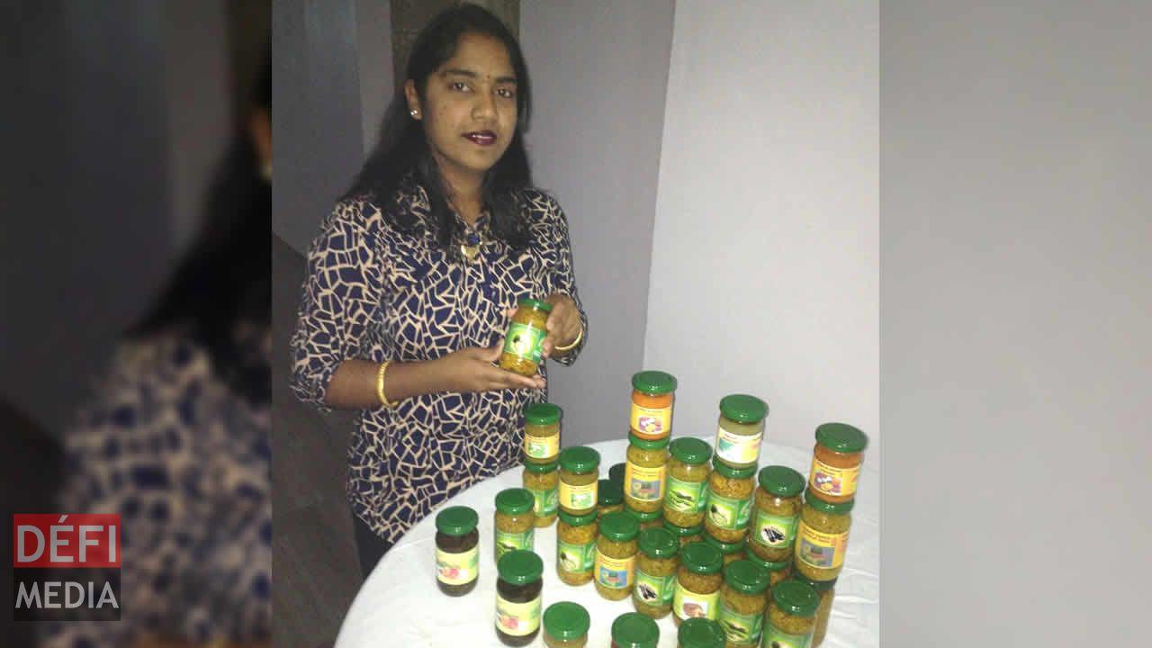 Manisha Jhuboo-Hemraz et les achards qu'elle a préparés.