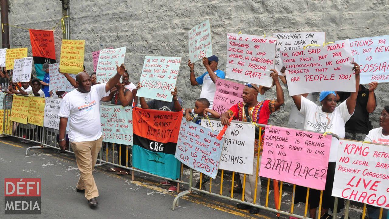 Les Chagossiens manifestant dans les rues de Port-Louis.