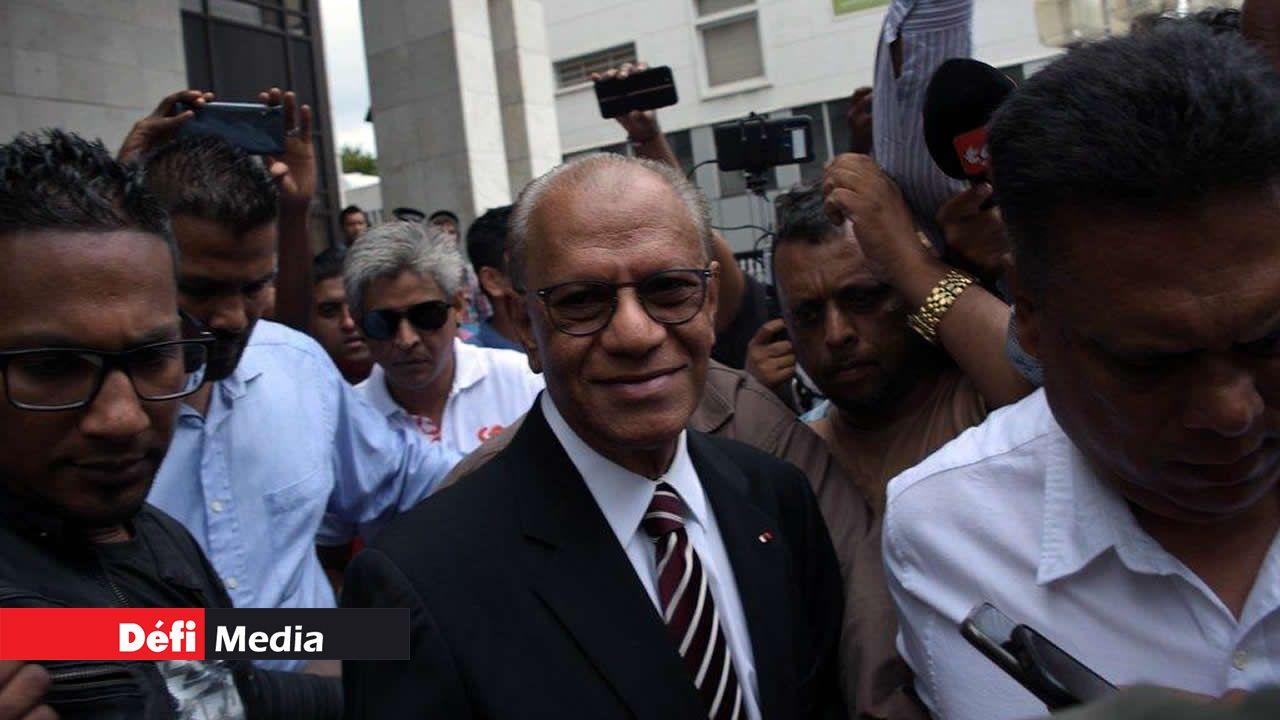 Navin Ramgoolam à sa sortie de la cour intermédiaire.