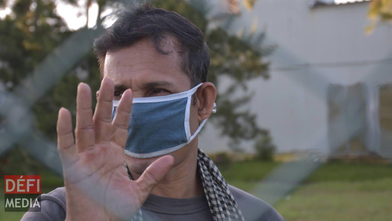 Certains employés portent des masques,  d'autres pas, pour diverses raisons.