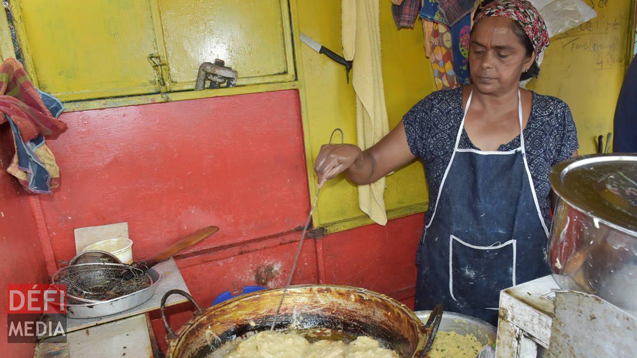 Des pâtes préparées à son domicile sont mises dans l'huile chaude  pour la friture.