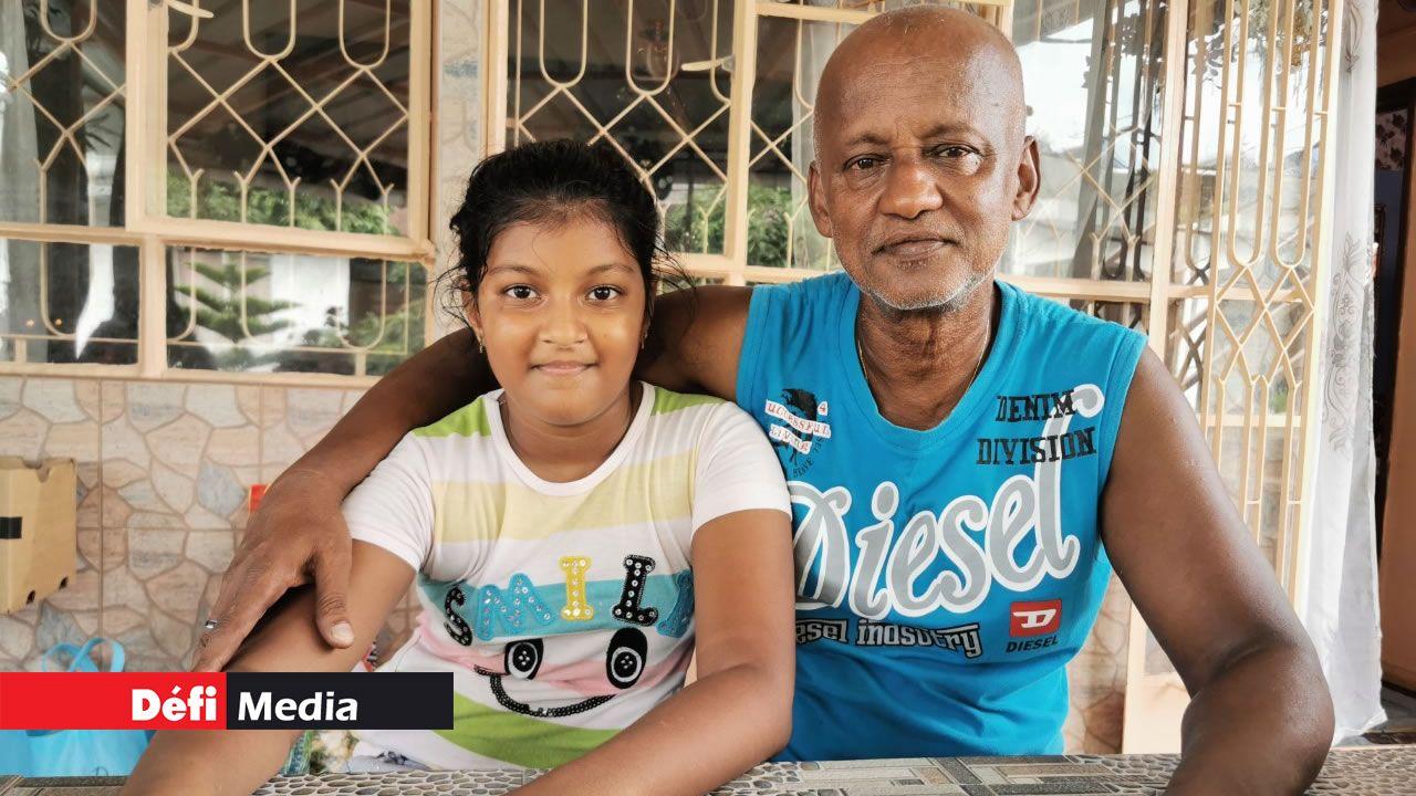 L'enfant aux côtés de son grand père Raj.