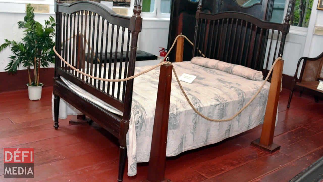 un lit de style colonial with lit style colonial. Black Bedroom Furniture Sets. Home Design Ideas