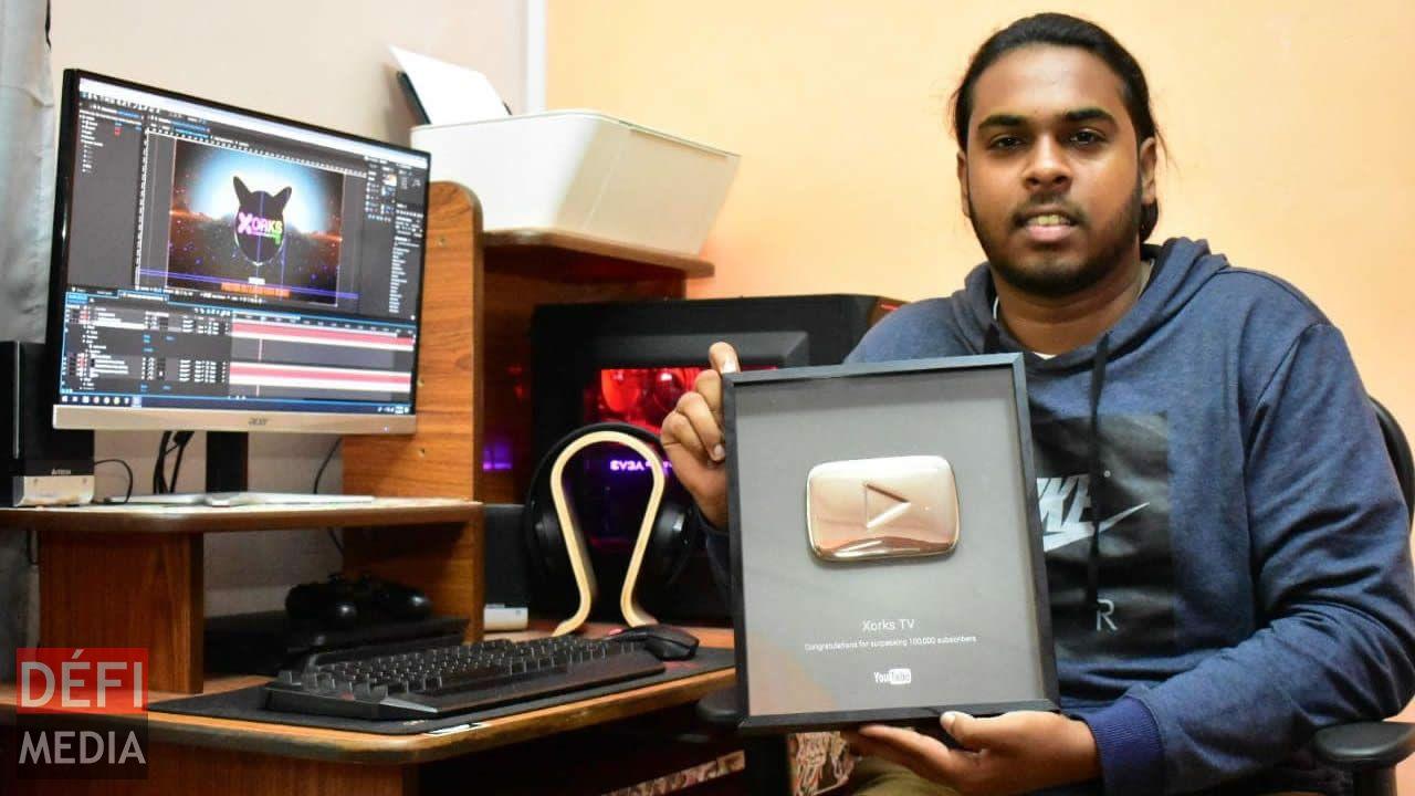 Cevine a reçu le YouTube Silver Play Button pour avoir atteint la barre de 100 000 abonnés en 2015.