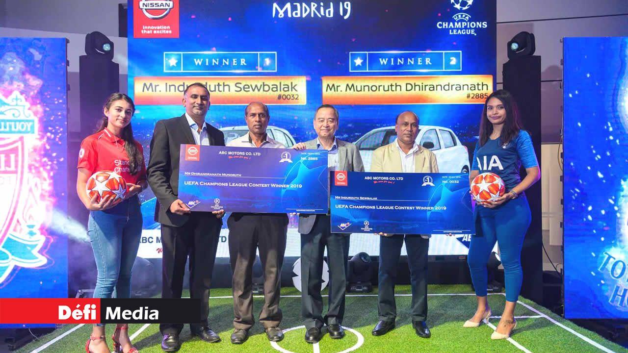 Nitish Gungabissoon, Chief Manager de chez ABC Motors, Dhirandranath Munoruth, heureux gagnant, Anthony Tseung, Chief Operating Officer à ABC Automobile et Indurduth Sewbaluk, représentant de Kalisa Co Ltd, deuxième gagnant de la loterie Nissan.