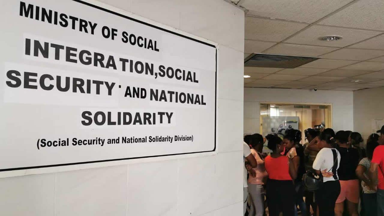 Plusieurs sinistrés ont envahi le couloir menant au bureau de la ministre de l'Intégration sociale.