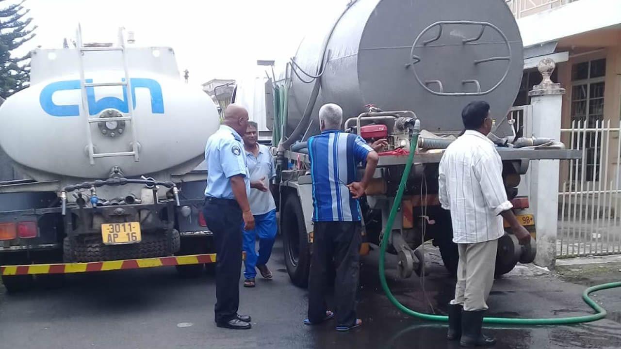 Selon la CWA, les camions citernes aident à remédier aux coupures d'eau.