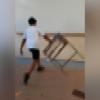 Des élèves saccagent des pupitres