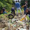 Journée mondiale du nettoyage : des jeunes dépolluent une rivière de leur quartier